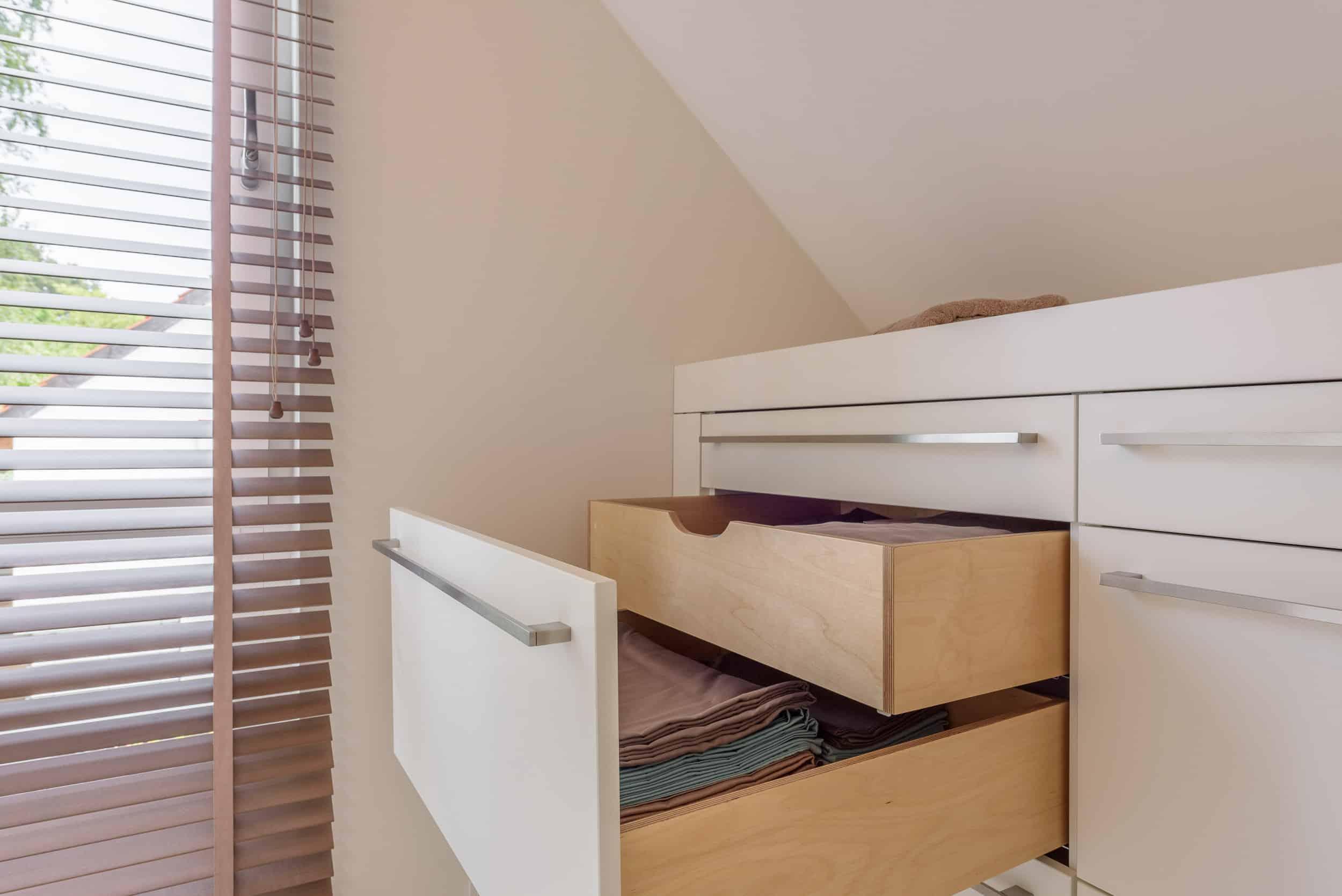 Komplettes Ankleidezimmer mit stilvollen Einbauschränken und großen Spiegeln
