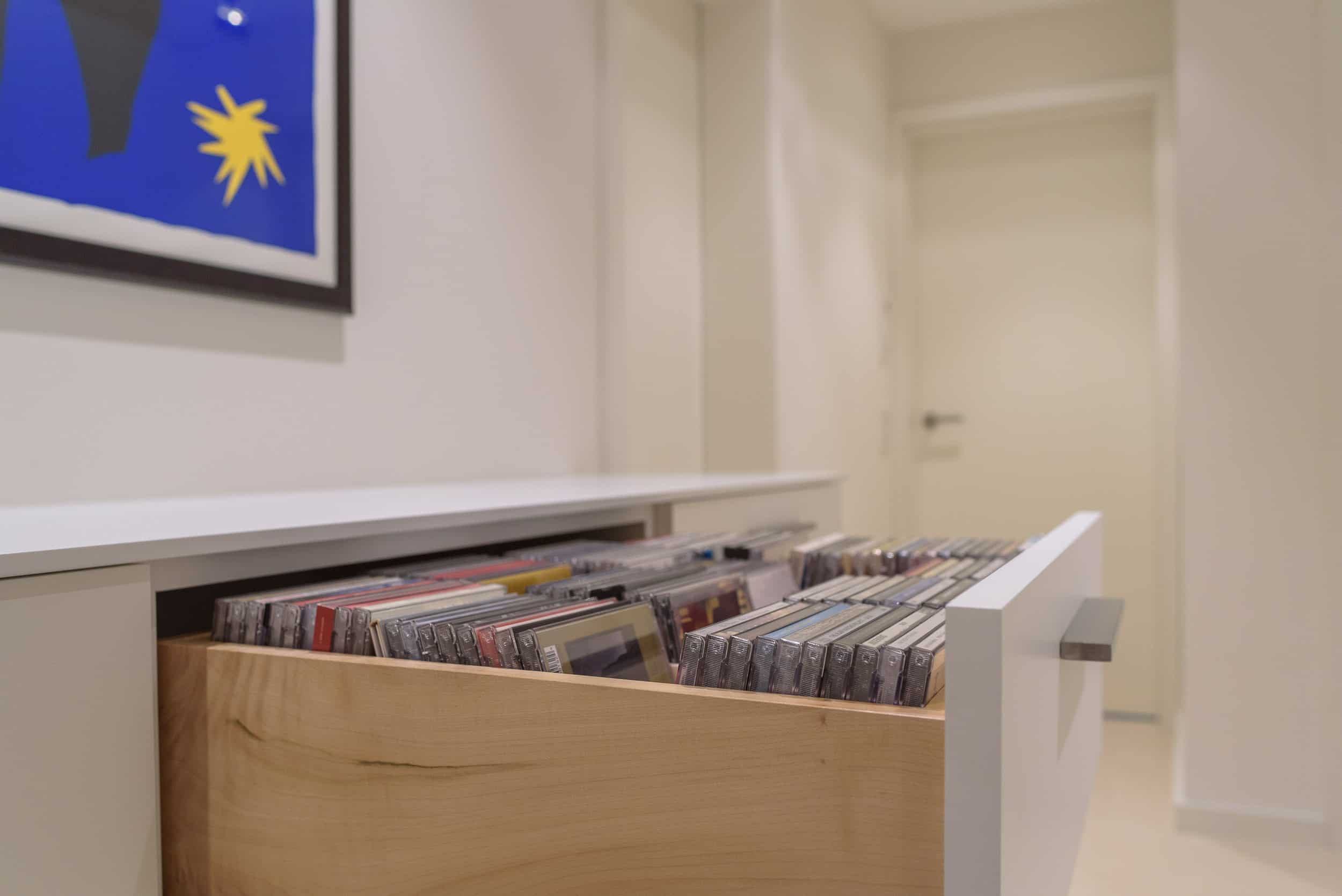 Schlichtes Sideboard mit CD und DVD Einschüben, Medien-SideboardSchlichtes Sideboard mit CD und DVD Einschüben, Medien-Sideboard
