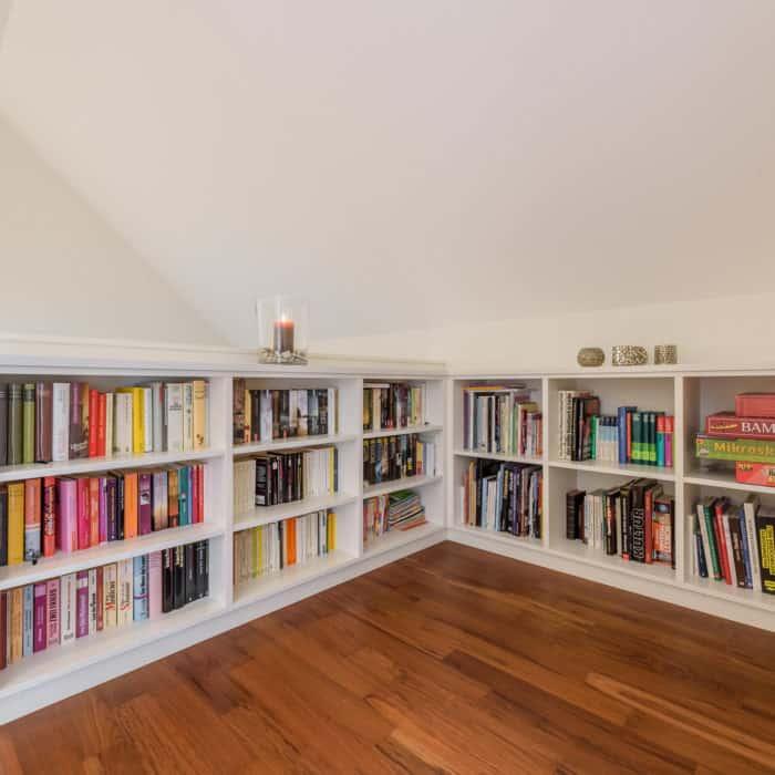 Bücher- und Einbauschrank im Flur