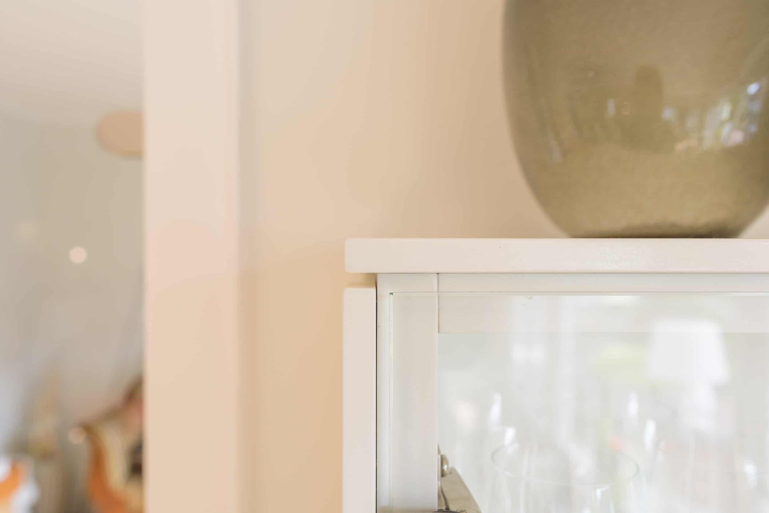 Schwebende Vitrine - Elegante Hängevitrine im Wohnzimmer