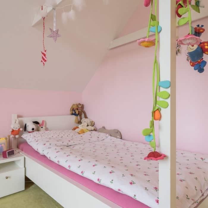 Kinderbett mit Himmel