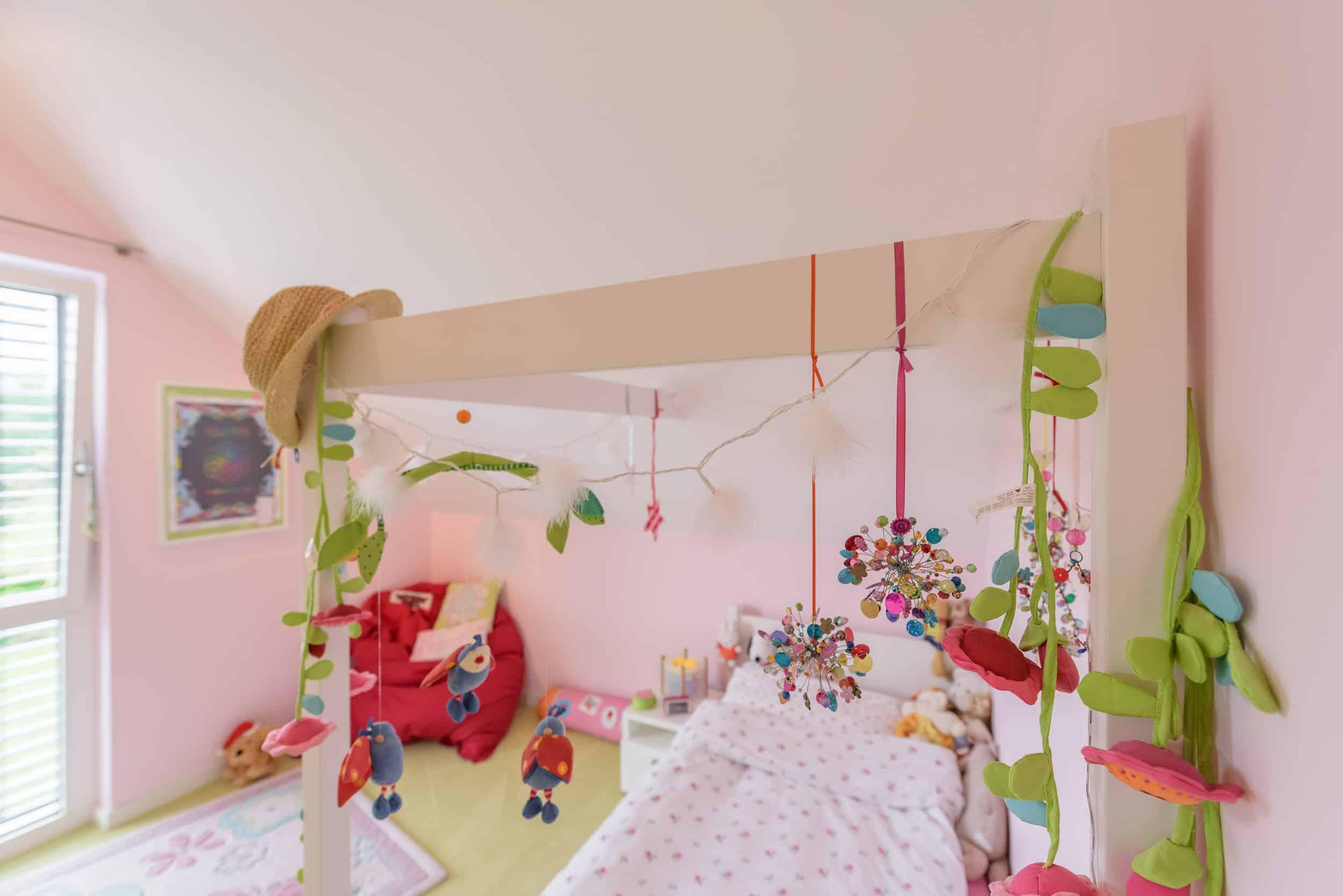 Kinder Himmelbett als Maßanfertigung unter einer Dachschräge