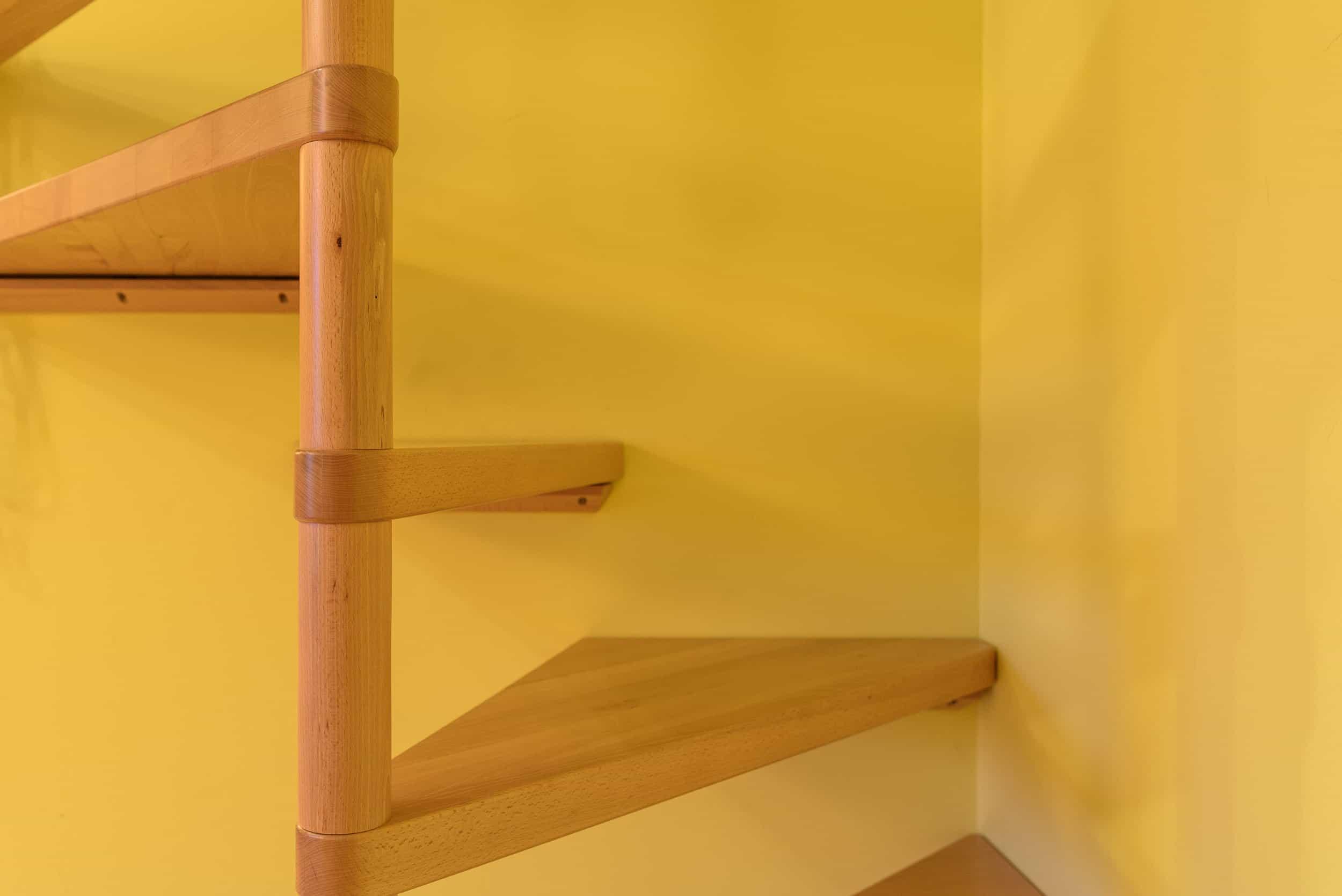 Spindeltreppe aus massivem Holz in den Spitzboden
