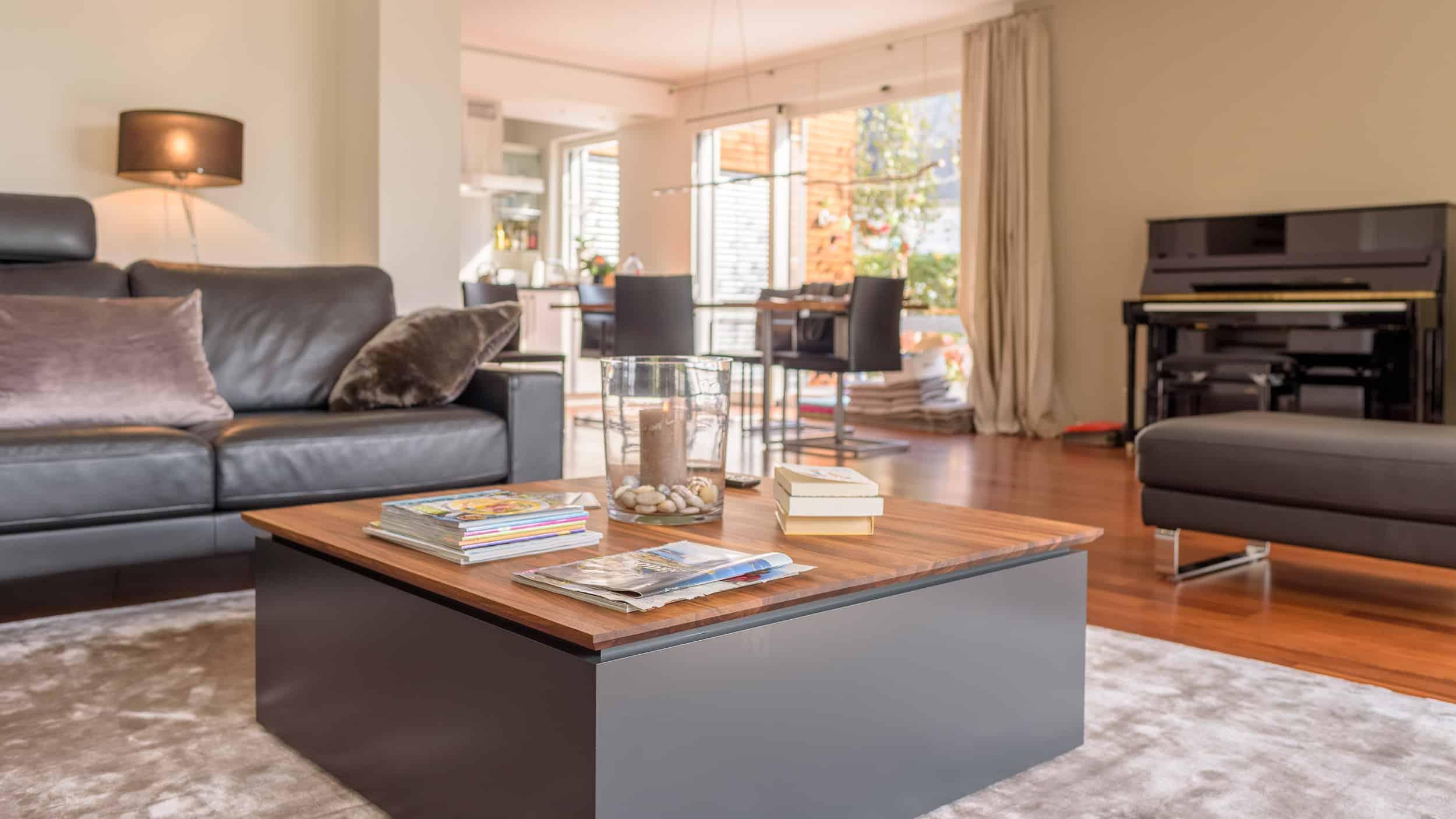 Stilvoller Wohnzimmertisch mit lackiertem Unterteil und edler Nussbaumplatte